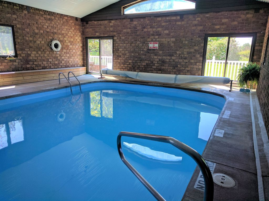 18 units for 35+ people: 22 bathrooms. POOL, volleyball, playground,  campfire - Fennville
