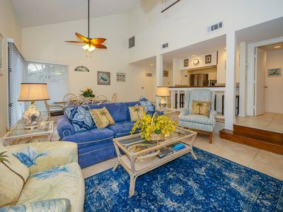 """55"""" TV, Cathedral Ceiling, ceiling fans, Blu-ray DVD player, beautiful blinds!"""