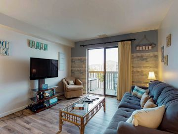 Cozy condo close to the beach w/ balcony, shared pool - adjacent to the canal