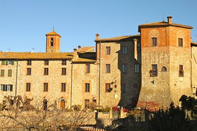 Relais Mastro Cinghiale is part of the medieval walls of the village of Paciano
