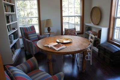 Den: Ideal table for games, laptops. Many books in library. Views of the harbor