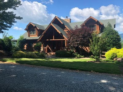 Grand, 4BR/4.5 Bath log cabin, located in the Lake Lure Village Resort w/incredible mountain views