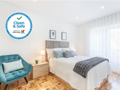 Photo for Family-friendly apartment in the city center with parking, wifi, A / C ...