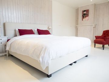 TWO WHITE PIGEONS - Stylish & Unique Holiday Home in the heart of charming Ypres