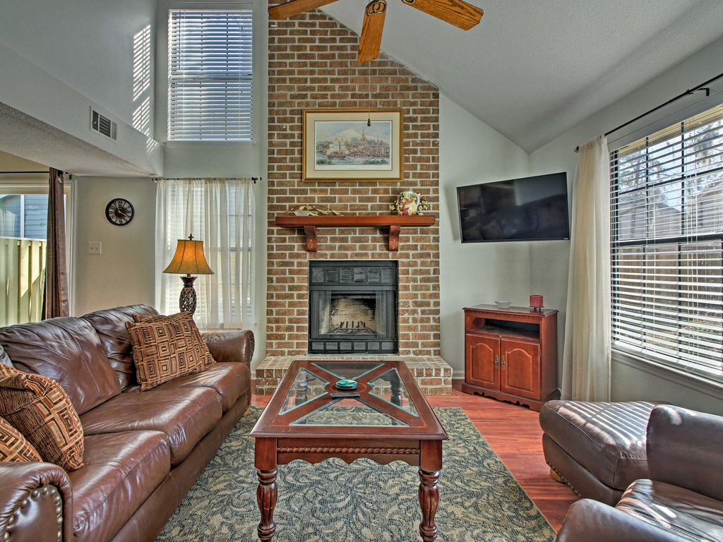 NEW! Charming 2BR Savannah Townhome w/ Fireplace!