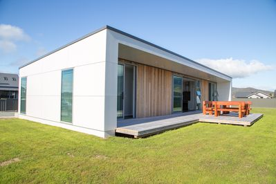 Brand new modern 3 bedroom house with lakeviews 200m from lake - Te Anau