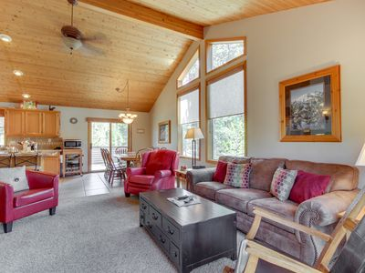 Photo for Spacious Sunriver home w/private hot tub, dog-friendly! 10 SHARC passes!