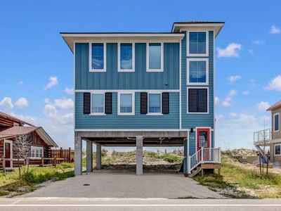 Oceanfront 3 bed, 2.5 bath new home, sleeps 8- right out of a magazine! Spectacular windows!
