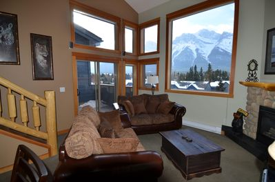 Cozy Loft in the Heart of Canmore with best views of the Rockies!