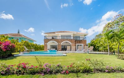 BEAUTIFUL GOLF FRONT VILLA WITH POOL, JACUZZI & MAID - CLOSE TO TOWN & NIGHTLIFE