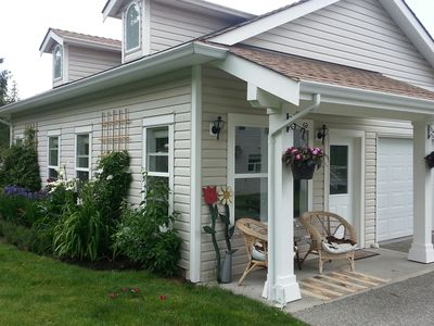 Peaceful stay in Jinglepot Nanaimo. Sit outside with your morning coffee.