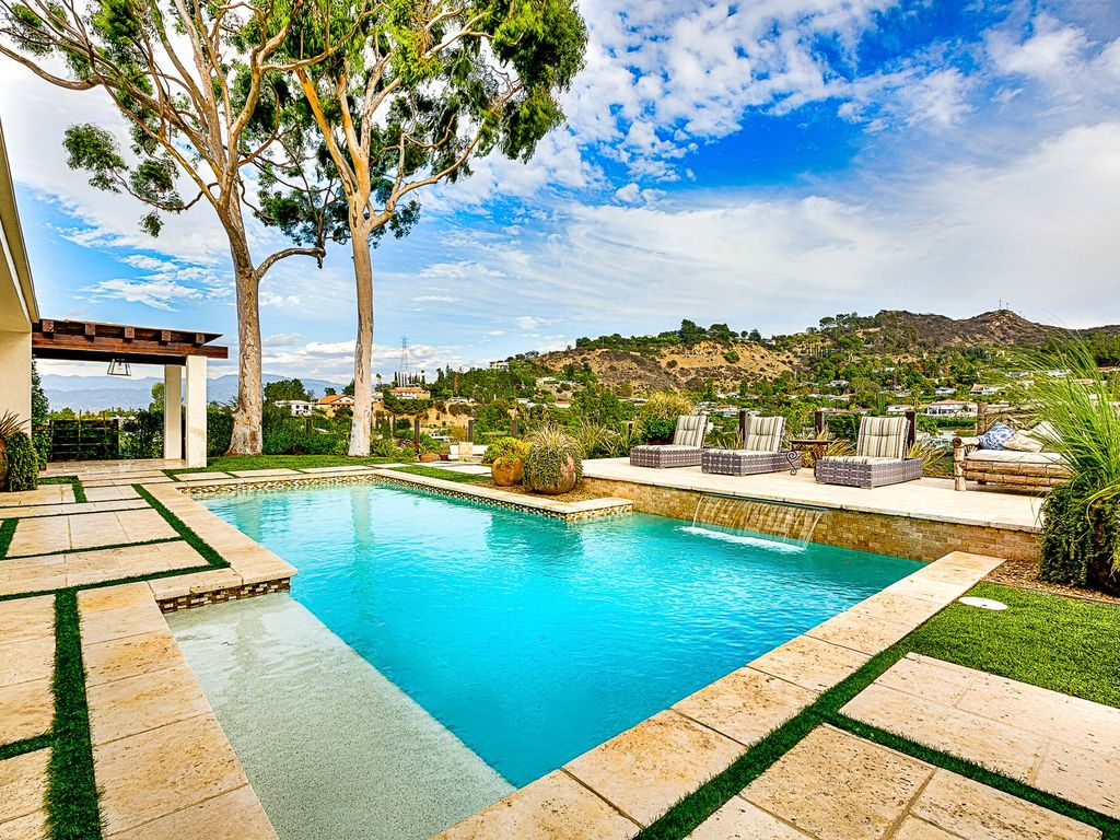 Hollywood hills luxury zen villa offers homeaway for Koi pool villa