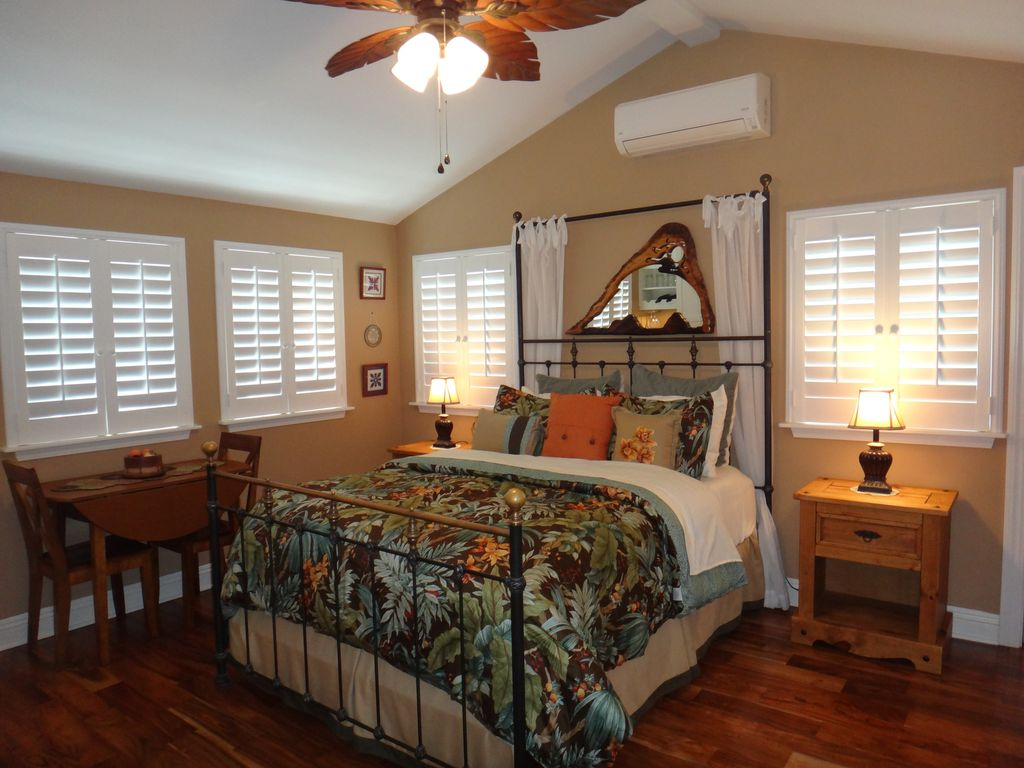 Lanikai! Beautiful and Charming Cottage in Lanikai for 2, Close to Beach, a/c