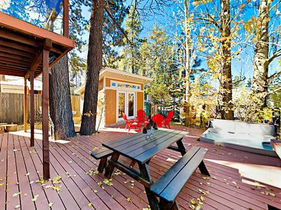 The Cozy Pumpkin | Walk to Village & Lake | Private Hot Tub, Foosball & Decks