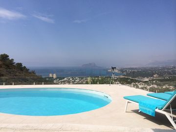 Luxurious villa with stunning sea view and pool --Topligging