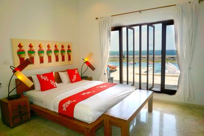 Get your well deserved rest in a kingsize bed with a beautiful morning view.