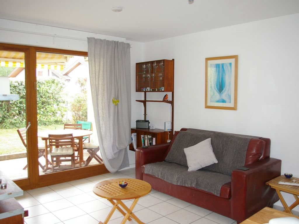 sunny garden apartment 200m from family beach on lake annecy