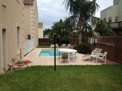 Beautiful W/ Pool 2 Bed / 2 Bath Condo 2-5 Minutes Walk To The Beach And Shops