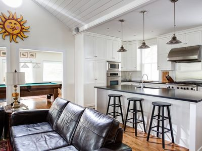 Walk to downtown mall historic stately h homeaway for Charlottesville cabin rentals hot tub