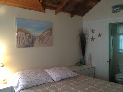 Studio cabin w a queen bed.  Linens are included.