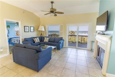 4\Stretch out and relax - Whether you're posting photos of the beach online (the property has free wireless web access), sprawled out on the floor playing with the kids, or stretched out for a nap on the couch, the family room lets you do it in comfort and style.