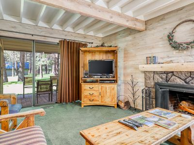 Wood-beamed cabin with shared amenities (pools & hot tub) + SHARC passes!