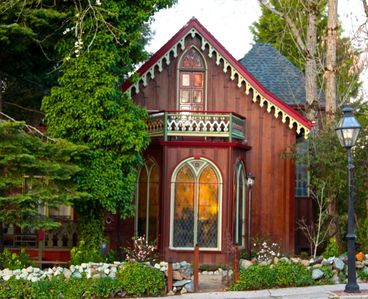 Photo for Luxurious Victorian Cottage in Historic Gold Country Town