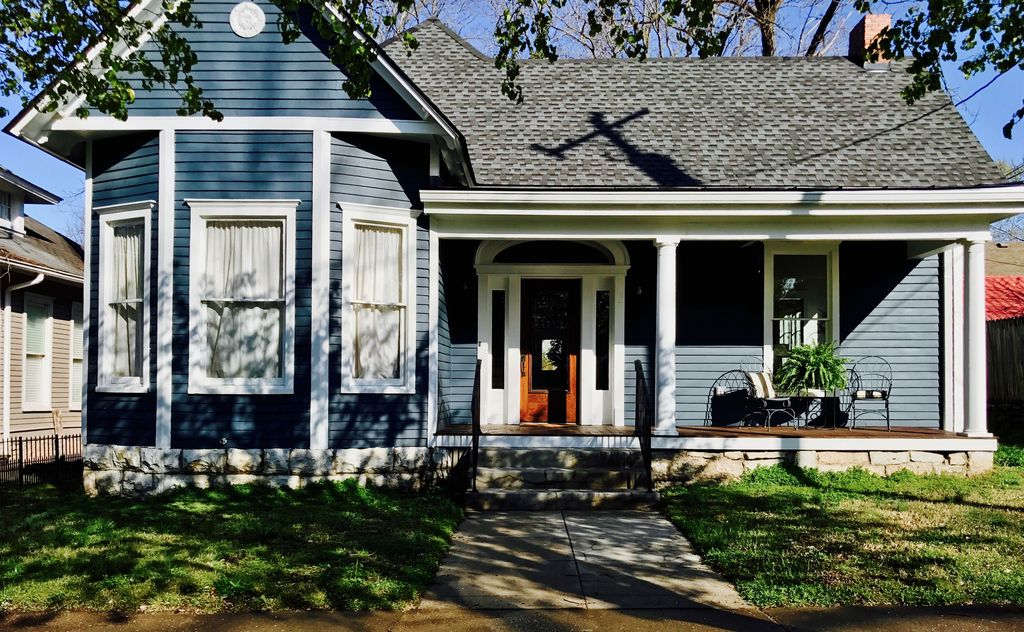 Brand new renovation in Downtown Franklin steps