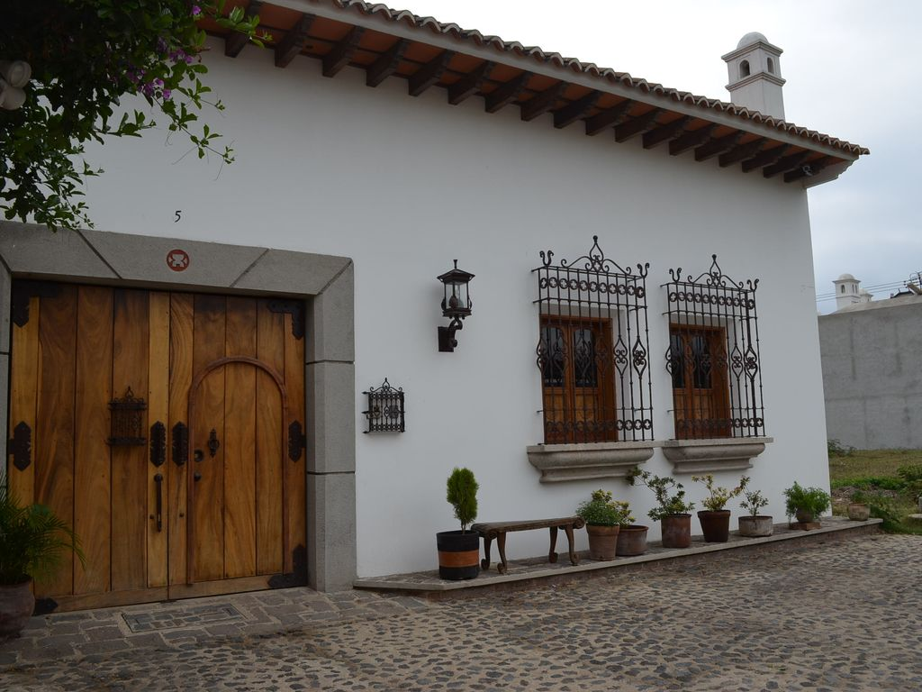 Charming colonial house with the comforts o homeaway for Casas con puertas antiguas