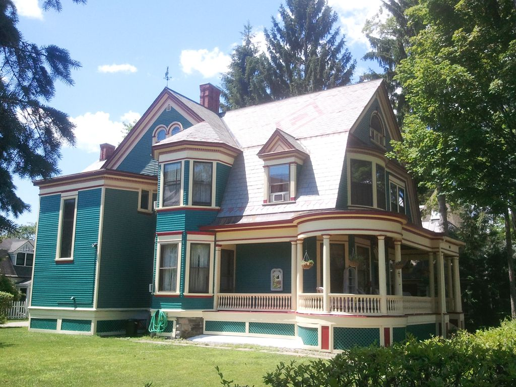 Grand victorian in the heart of downtown saratoga 3 br for Vacation rentals in saratoga springs ny
