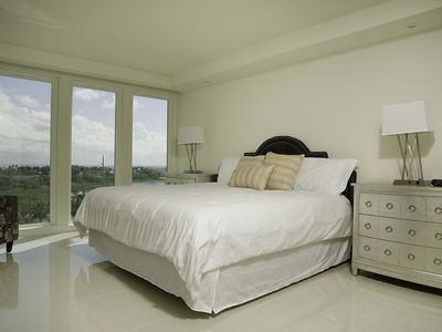 Stunning Bayview! Large condo in beachfront resort with shared pools and jacuzzi