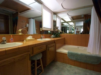 Large Bathroom With Double Sinks And Big Garden Tub/shower!
