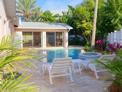 Coral Palms:Gorgeous Ground Level w/Heated Pool, Hot Tub, Sunroom-Close to Beach