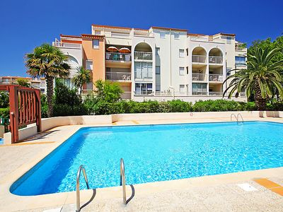 Photo for One bedroom Apartment, sleeps 4 with Pool and Walk to Beach & Shops