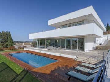 Modern luxury next to golf & nr polo, sleeps 14. Free speedboat/sailing charter!