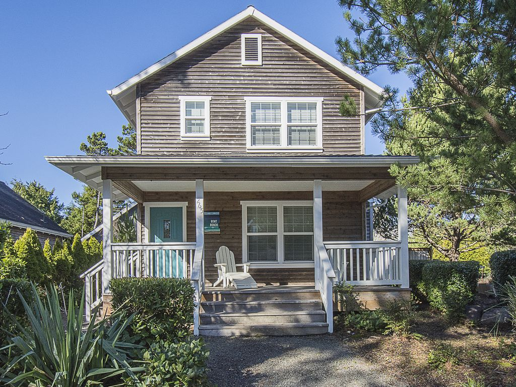 Colorful Beach Cottage Features Three Br Two Full Baths Hot Tub And Fireplace