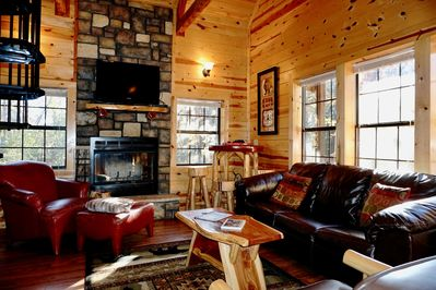 Branson Cabin has Free WiFi, Cable, Fireplace and Sleeps 6.