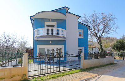 Photo for Apartment in Medulin only 600 meters to the sandy beach with kitchen, bathroom, air conditioning, garden, barbecue, parking