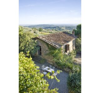 Villa with WIFI, hot tub, A/C, private pool, TV, patio, panoramic view, parking, close to Lucca