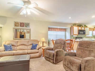 Condo with Pool   Hot Tub   Free WiFi  Walk-in   2.2 miles from Silver Dollar City (111604)