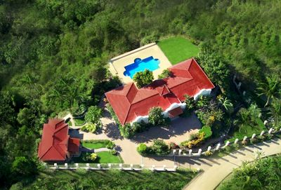The property overlooks Samara's bay and is within walking distance of the beach.