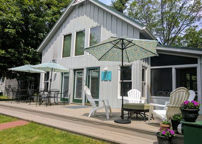 Sunny Oaks Cottage. Beautiful, bright and clean 3 bedroom 1 bath home in town.