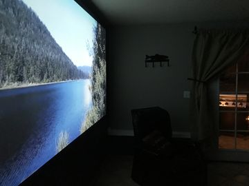 Mt Hood, Home Theaters. Sleeps 6, 2 bedroom. Private suite. Cozy lodgy feel.