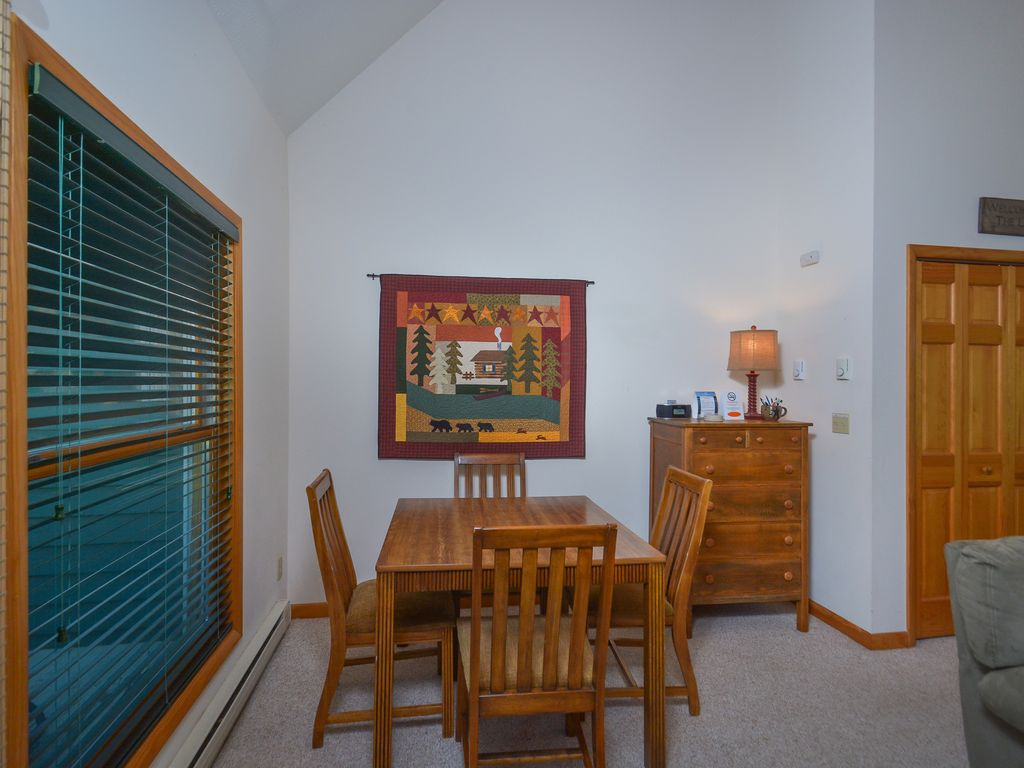 Charming Property Image#7 Large Lawn, Pool Table U0026 Nearby Lake Access