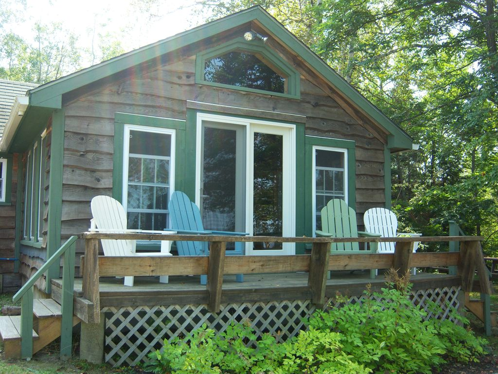 Cozy lakefront cottage minutes to acadia n vrbo for Cabin rentals in maine with hot tub