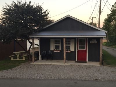 cozy weekend get-a-way  cabin within walking distance from State park.