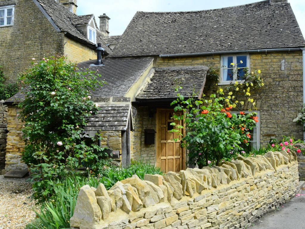 Well Cottage is a beautiful and charming 16th Century Cottage within 2 min  walk