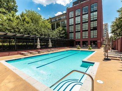 Stunning Luxury 2Br Condo in Rosslyn, Arlington.  Free Parking, walk to metro.