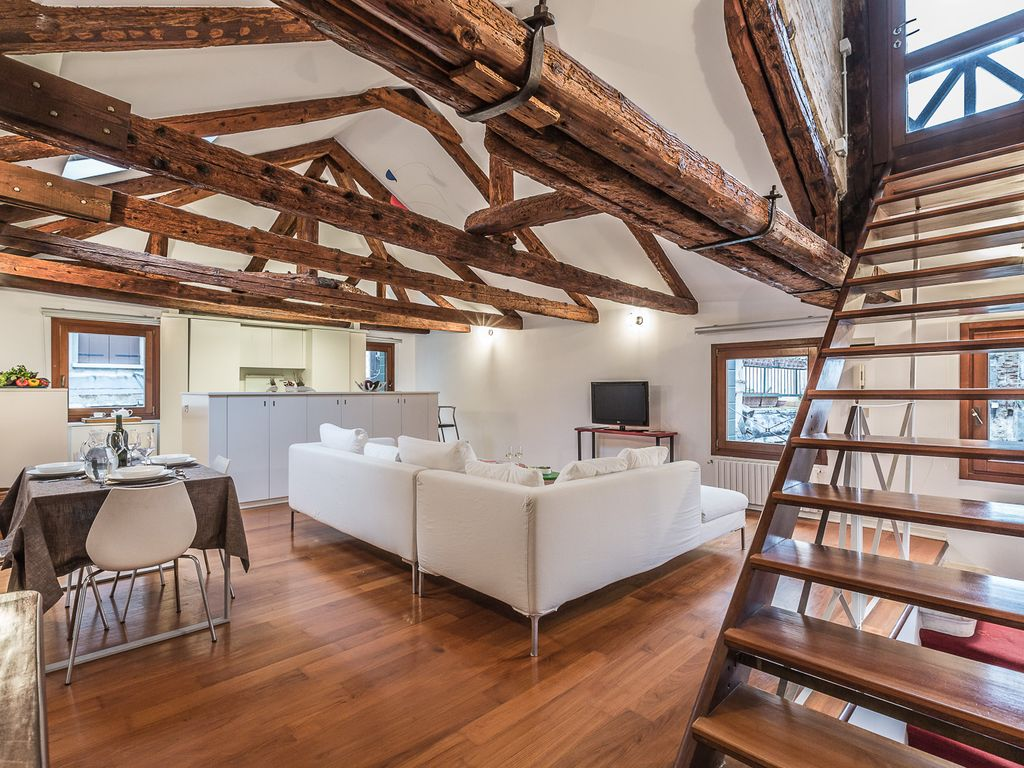 Handsome And Modern Loft Style Apartment With An Altana Roof Terrace San Marco