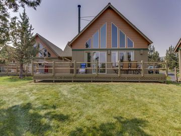 Beautiful Updated Chalet on 17th Green/VIEWS and Private Hot Tub!